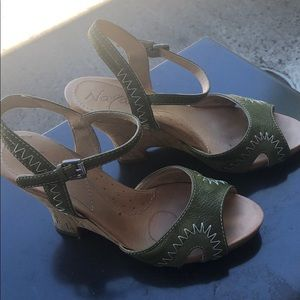 Good used condition Naya green 6 sandals. COMFY